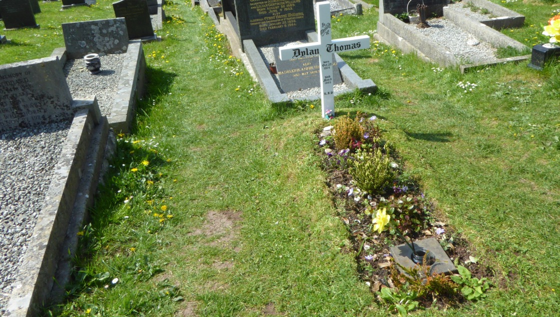 b_039_187_Laugharne_DylanThomas_Grave