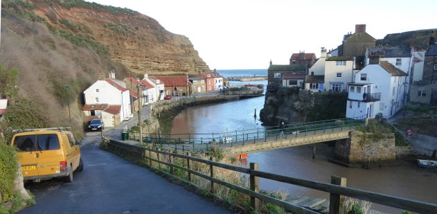 b_266_329_Staithes_BackOfVillage